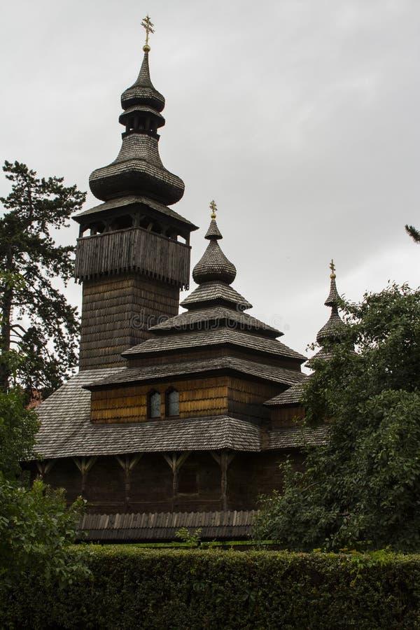 Schöne alte hölzerne Kirche in Uzhhorod ukraine stockfotos