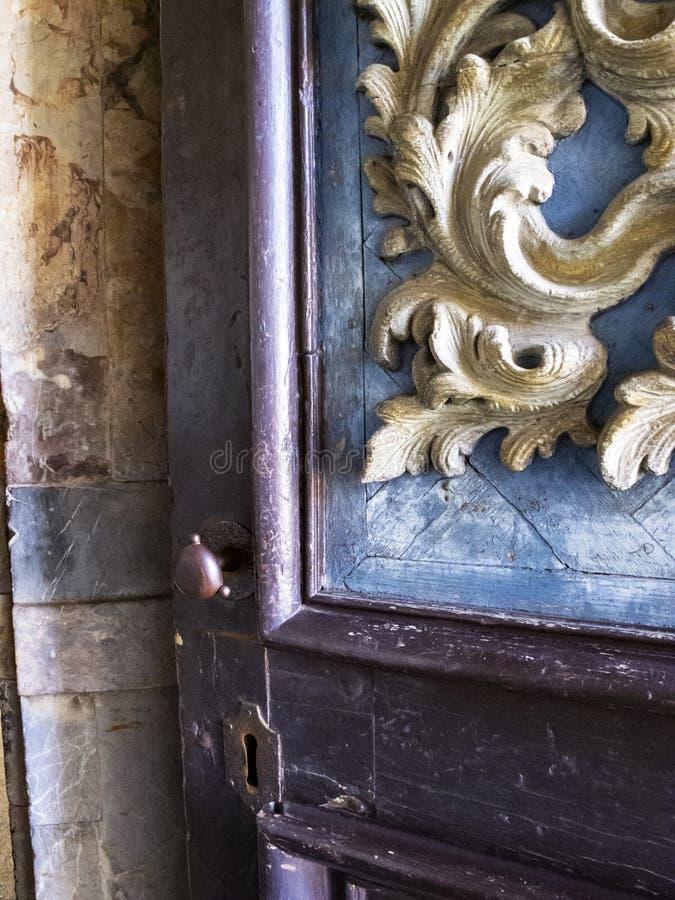 Schöne alte hölzerne KirchenEinstiegstür, Detail lizenzfreies stockbild