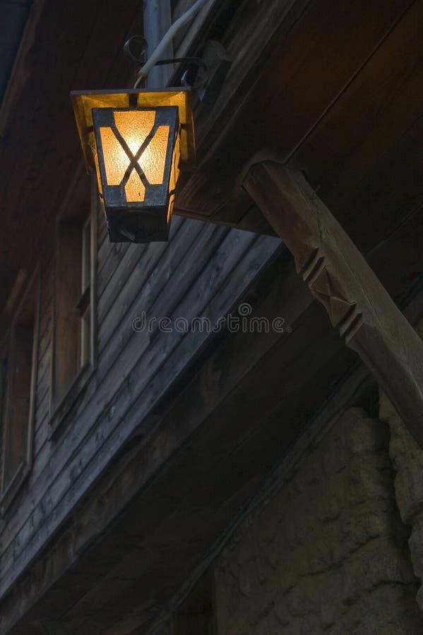 Schöne alte Laterne vor dem Haus stockfotos
