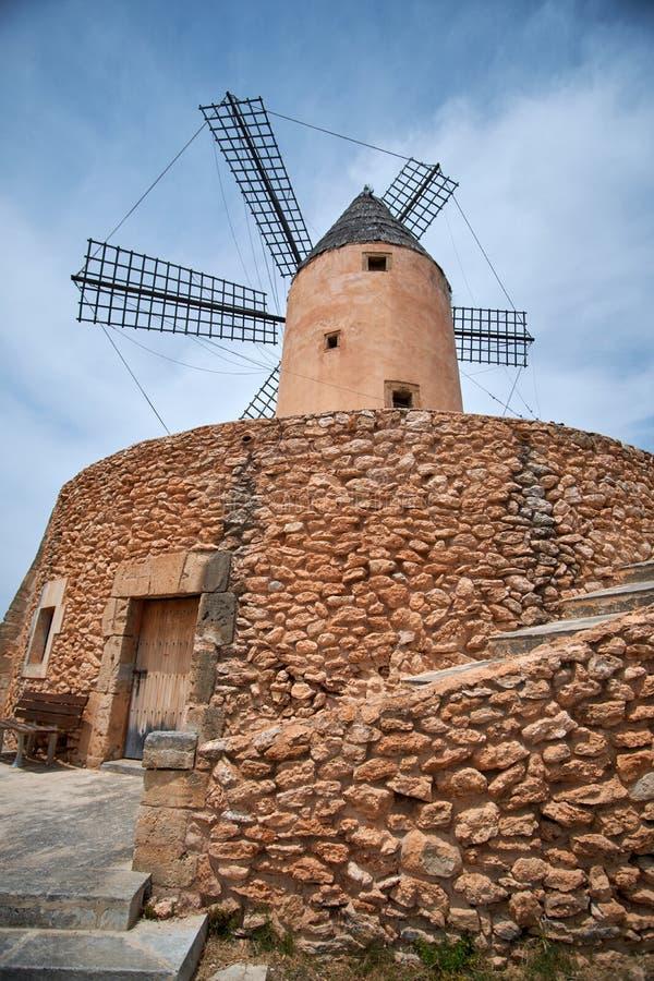 Schöne alte Spanien-Windmühle gegen bunten Himmel mit Wolken Frühlingslandschaft morgens in Paguera Landwirtschaftliche Szene lizenzfreies stockfoto