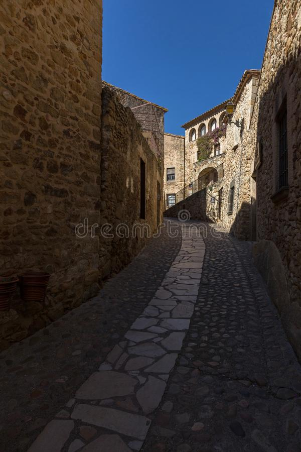 Schöne alte Steinhäuser im spanischen alten Dorf, Kumpel, in Costa Brava lizenzfreie stockbilder