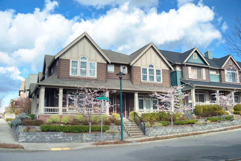 Schöne Amerikanische Häuser Stockbild - Bild von familie, auslegung ...