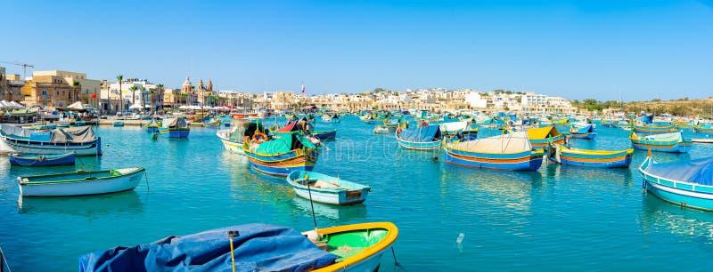 Schöne Ansicht über die traditionellen gemusterten bunten Boote Luzzu im Hafen des Mittelmeerfischerdorfes Marsaxlokk, Malta lizenzfreies stockbild