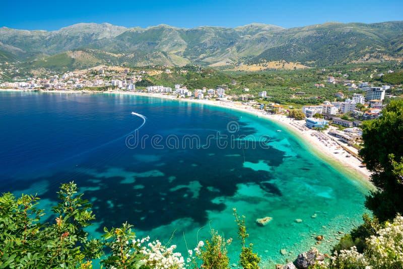 Schöne Ansicht über Himare auf albanischem Riviera, Albanien lizenzfreies stockfoto
