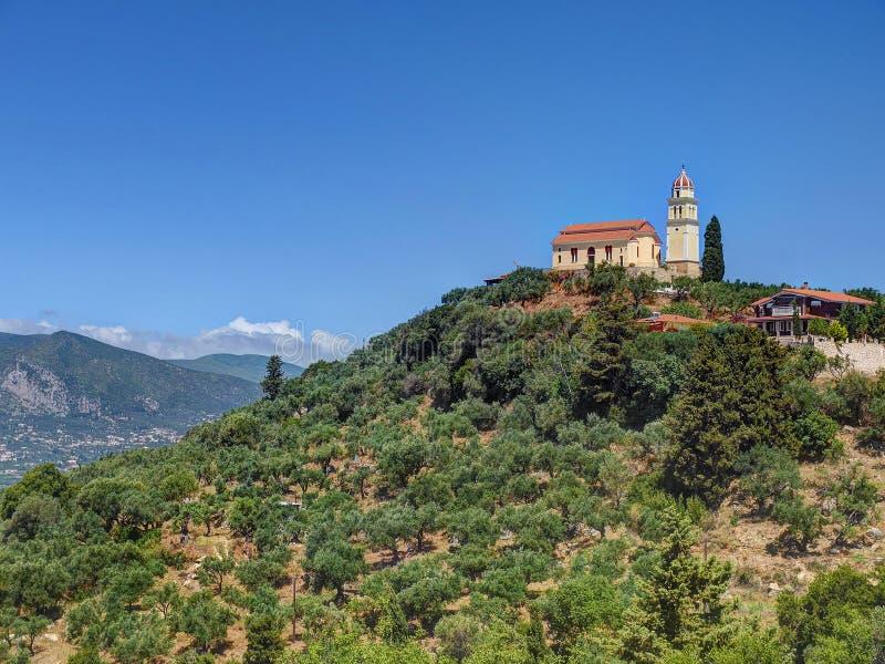 Schöne Ansicht über orange Deckungstempelkirche auf Berge der grünen Hügel auf Griechenland-Insel Zakynth und blauem Himmel Griec lizenzfreies stockbild