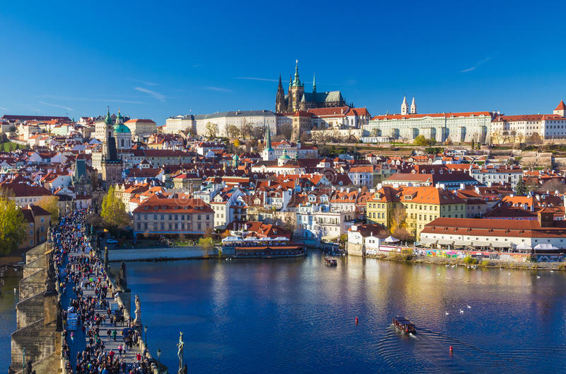 Schöne Ansicht über Prag-Schloss und Charles Bridge, Prag, Tschechische Republik lizenzfreie stockbilder