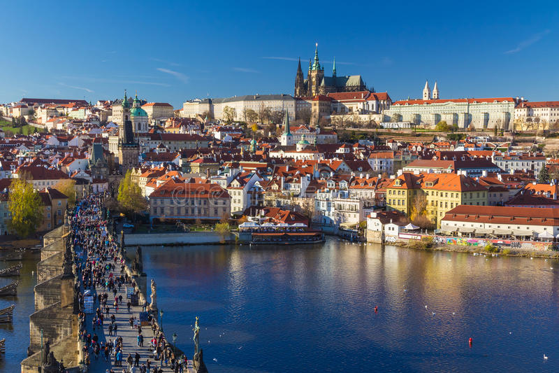 Schöne Ansicht über Prag-Schloss und Charles Bridge, Prag, Tschechische Republik lizenzfreie stockfotos