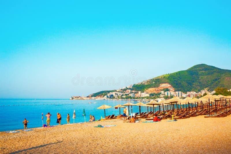 Schöne Ansicht über slawischen Strand in der Stadt Budva montenegro lizenzfreie stockfotografie