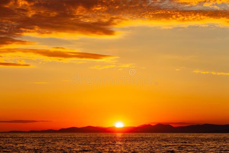 Schöne Ansicht über Sonnenuntergang in einem Hafen einer Kleinstadt Postira - Kroatien lizenzfreie stockfotografie