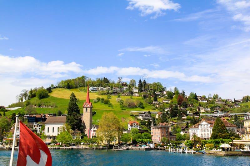 Schöne Ansicht über Stadt von See lizenzfreie stockfotografie