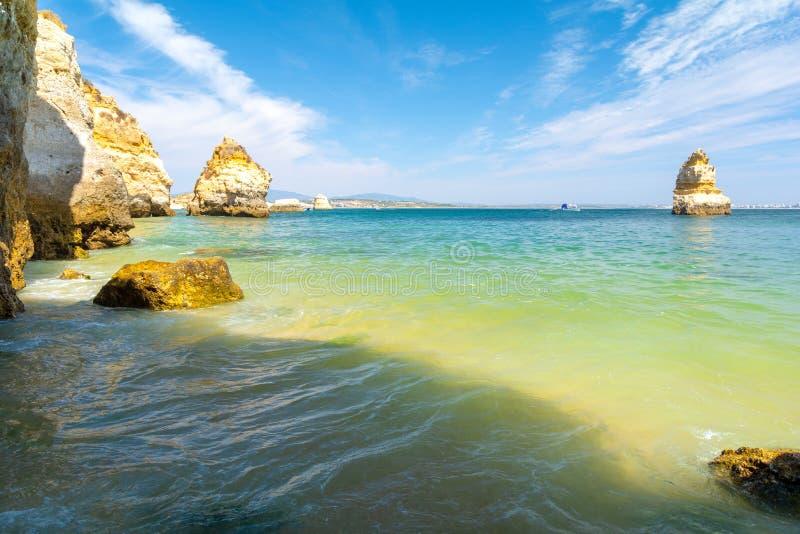 Schöne Ansicht über Wasser auf sandiger Strand Praia Camilo in Lagos, Algarve, Portugal tun stockfoto