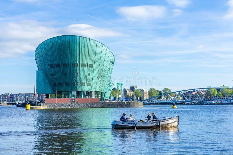 Schöne Ansicht Amsterdam-` s Nemo des Wissenschaftsmuseums stockfotos