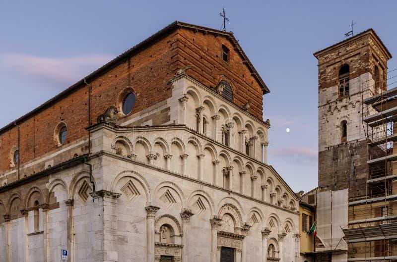 Schöne Ansicht der alten Kirche von Santa Maria Forisportam bei Sonnenuntergang mit dem Mond im Hintergrund, Lucca, Toskana, Ital stockfoto