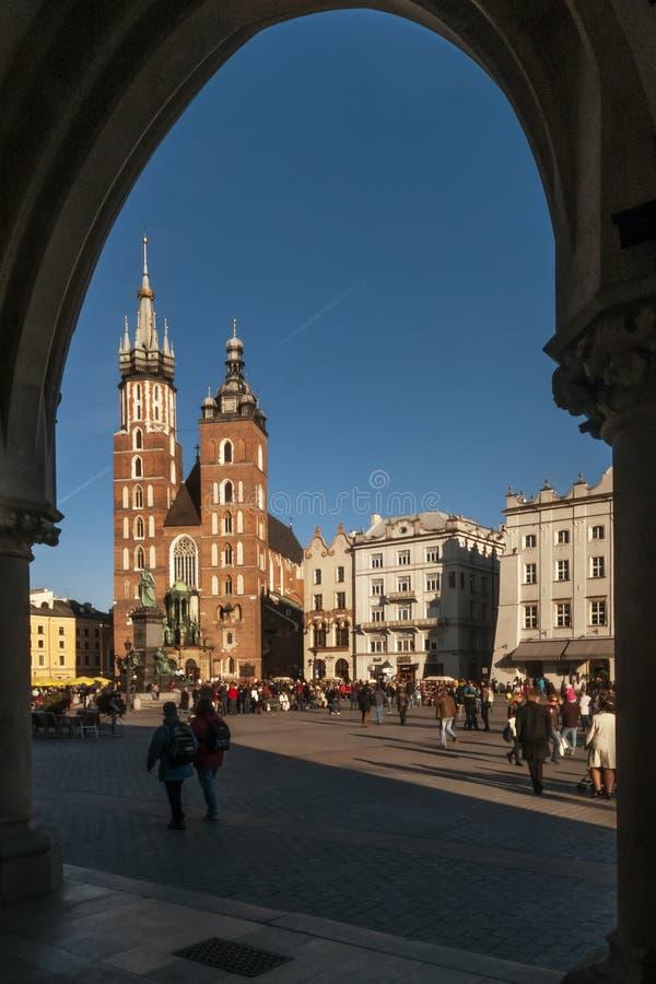 Schöne Ansicht der Basilika der Heiliger Maria gestaltet durch einen Stoff-Hall-Bogen in der alten Stadt von Krakau, Polen stockbilder