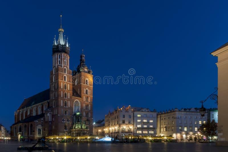 Schöne Ansicht der berühmten ` s der Heiligen Maria Kirchen-Basilika und der Hauptmarktplatz in der historischen Mitte von Krakau lizenzfreie stockfotos