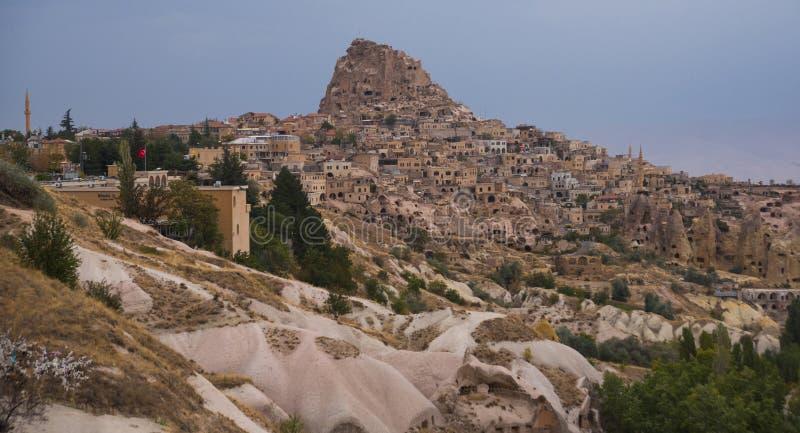 Schöne Ansicht der Berge und der Uchisar-Stadt vom Hügel Cappadocia, zentrales Anatolien, die Türkei stockbilder