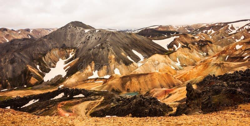 Schöne Ansicht der bunten Landschaft Nationalparks Landmannalaugar mit Gebirgszughintergrund, Landmannalaugar, Westfjords lizenzfreies stockfoto
