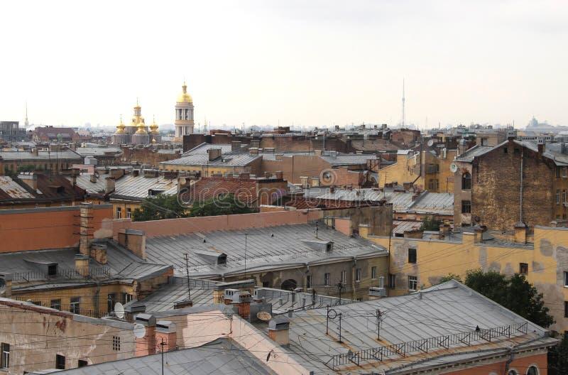 Schöne Ansicht der Dächer in St Petersburg lizenzfreie stockbilder