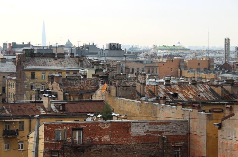 Schöne Ansicht der Dächer in St Petersburg stockfotografie