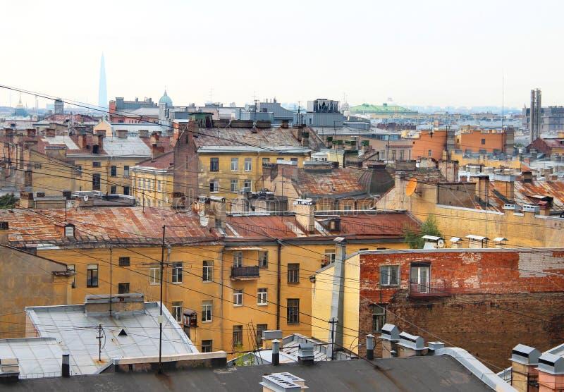Schöne Ansicht der Dächer in St Petersburg stockfotos