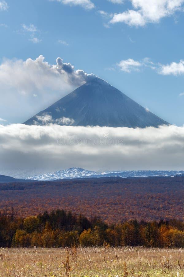 Schöne Ansicht der explosiv-überschwänglichen vulkanischer Eruption von Kamchatka stockfotografie