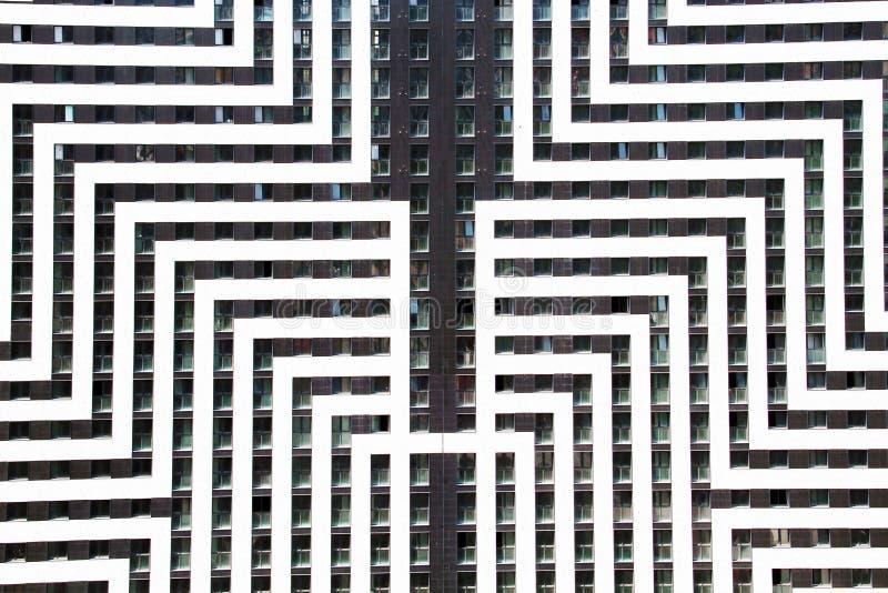Schöne Ansicht der Fassade des Neubaus lizenzfreie stockbilder