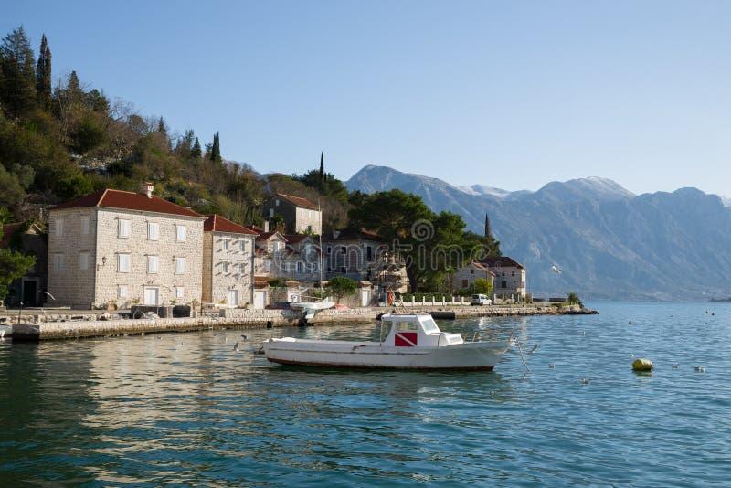 Schöne Ansicht der Häuser auf der Ufergegend in Perast stockbilder