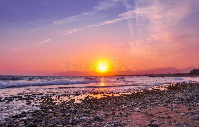 Schöne Ansicht der Küstenlinie bei Sonnenuntergang stockfoto