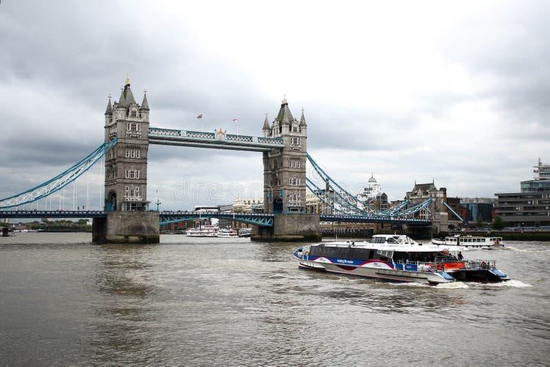 Schöne Ansicht der London-Turm-Brücke im britischen Königreich stockfotos