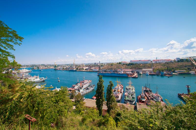 Schöne Ansicht der südlichen Bucht von der Aussichtsplattform von Sewastopol in der Krim an einem klaren sonnigen Tag lizenzfreies stockbild