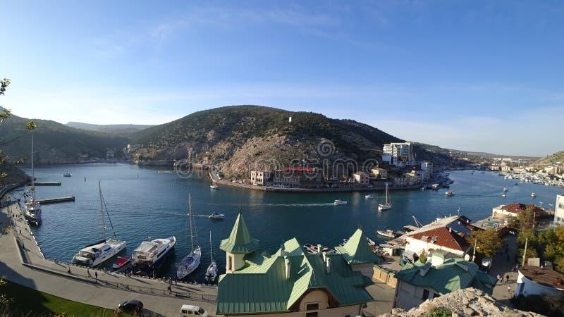 Schöne Ansicht der Seebucht an einem Herbstnachmittag lizenzfreie stockfotografie