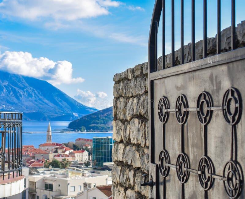 Schöne Ansicht der Stadt und der Insel durch das Tor lizenzfreie stockfotos