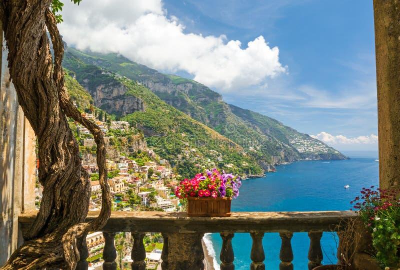 Schöne Ansicht der Stadt von Positano von der antiken Terrasse mit Blumen lizenzfreies stockfoto