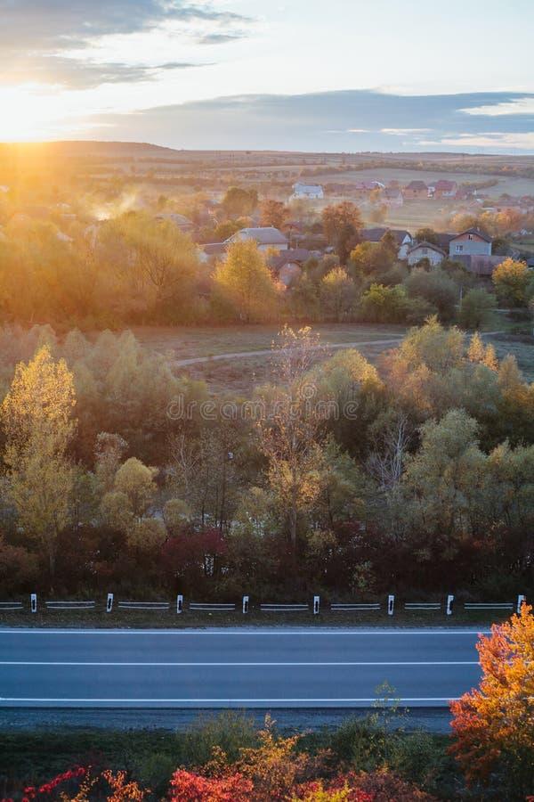 Schöne Ansicht der Straße von einer Höhe Herbst lizenzfreie stockbilder