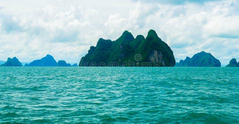 Schöne Ansicht der Türkisfarbe von Ozean und von grünen Inseln in Phuket, Thailand in der Tages- und Frischluft stockfotos