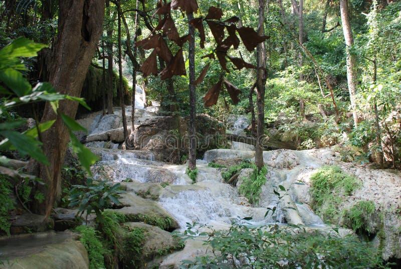 Schöne Ansicht der Wasserfälle nahe dem Fluss Kwai in Thailand lizenzfreies stockfoto