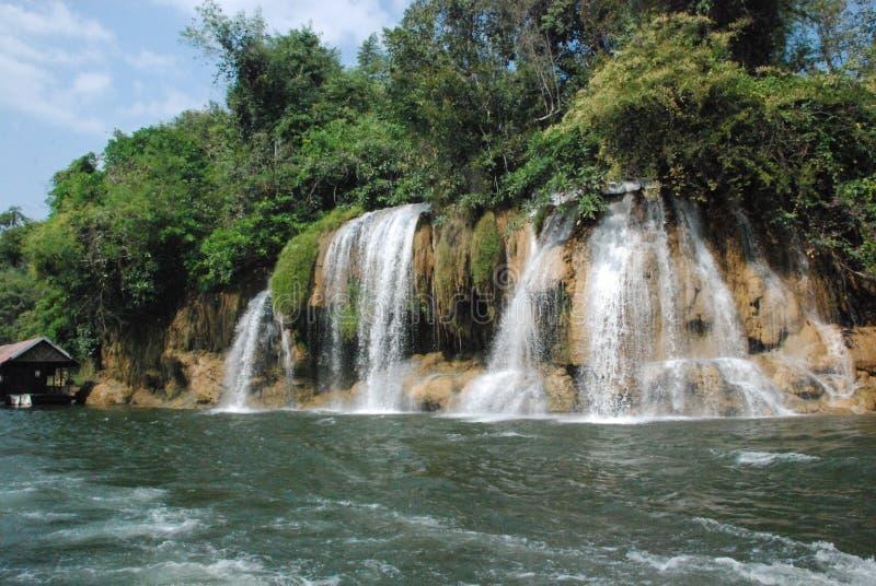Schöne Ansicht der Wasserfälle nahe dem Fluss Kwai in Thailand lizenzfreie stockfotografie