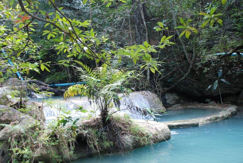 Schöne Ansicht der Wasserfälle nahe dem Fluss Kwai in Thailand lizenzfreie stockbilder