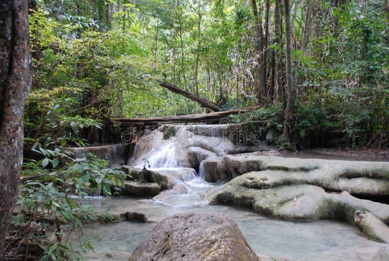 Schöne Ansicht der Wasserfälle nahe dem Fluss Kwai in Thailand stockbild