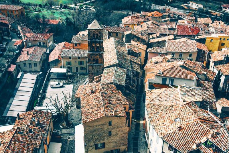 Schöne Ansicht des Dorfs Moustiers-Sainte-Marie in Frankreich stockfotografie