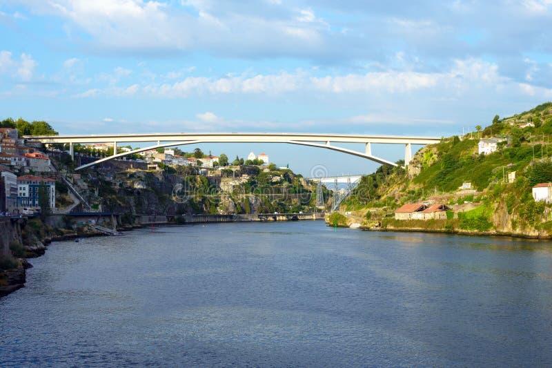 Schöne Ansicht des Duero-Flusses in der Stadt von Porto, Portugal Fluss, Brücke und Dächer von Häusern angesichts der Einstellung stockfotos