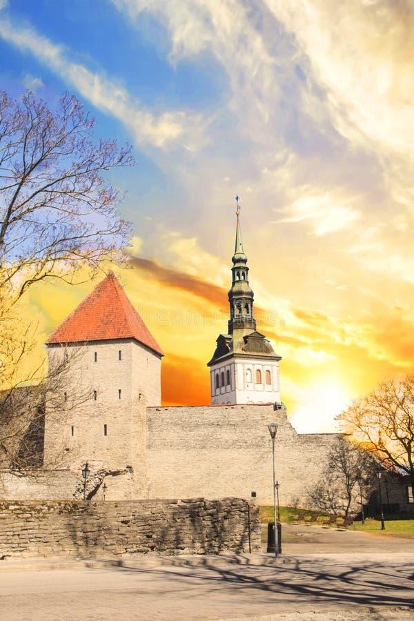 Schöne Ansicht des Erst-` s Turms mit der angrenzenden Festungswand und der Haube des Turms Oleviste Churchand in Tallinn lizenzfreie stockfotos
