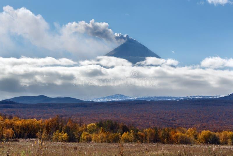 Schöne Ansicht des explosiv-überschwänglichen Eruptionsvulkans von Kamchat stockbilder