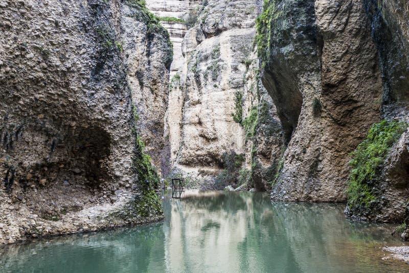Schöne Ansicht des GuadalevÃn-Flusses zwischen Felsenbergen stockfotografie