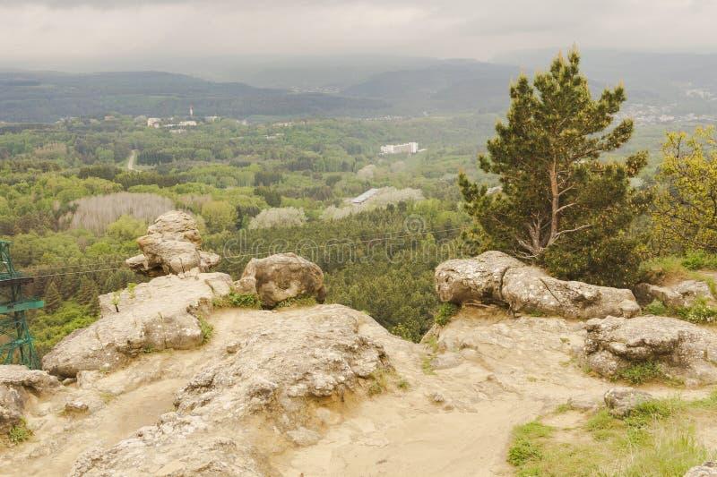 Schöne Ansicht des Höhenkurort Parks mit felsigen Spitzen Kislovodsk stockbilder