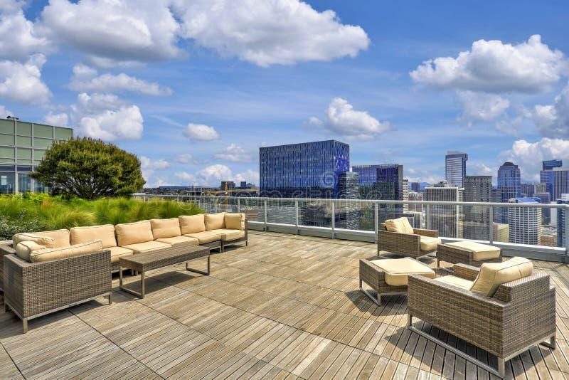 Schöne Ansicht des Himmelaufenthaltsraums auf dem Dach des Wohngebäudes lizenzfreie stockfotos