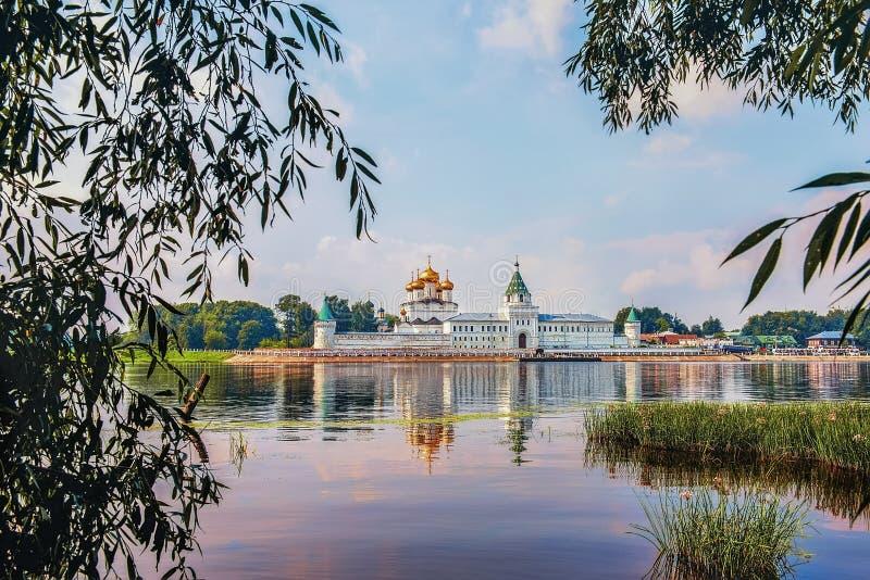 Schöne Ansicht des Ipatiev-Klosters der Heiligen Dreifaltigkeit in Russland in der Stadt von Kostroma auf dem Volga stockbild