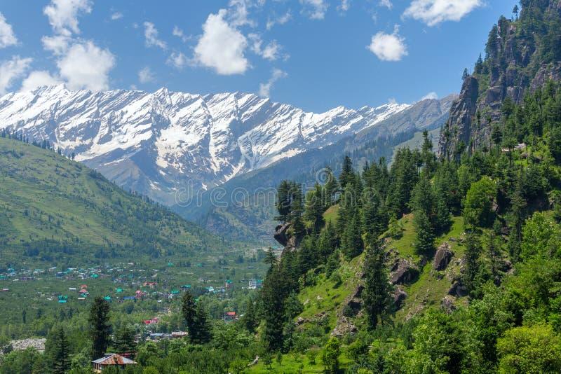 Schöne Ansicht des Kullu-Tales mit großen Himalajastrecken am Hintergrund lizenzfreies stockbild