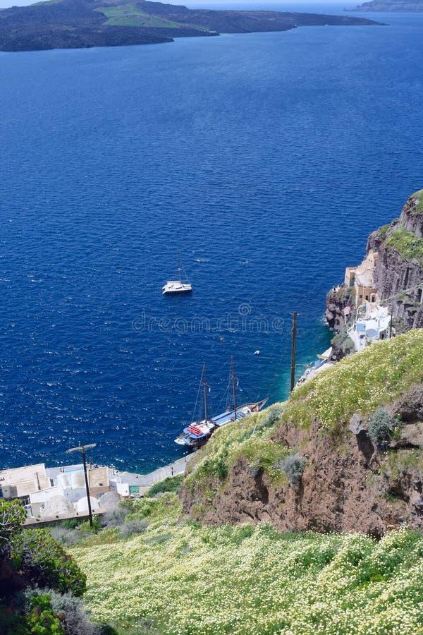 Schöne Ansicht des Meeres, der Yachten und der Berge bedeckt mit Blumen stockfoto