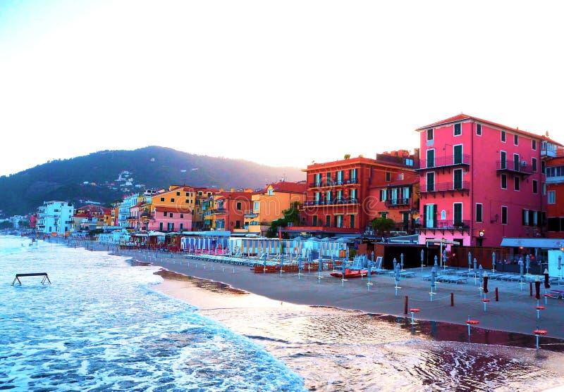 Schöne Ansicht des Meeres und der Stadt von Alassio mit bunten Gebäuden, Ligurien, Italien lizenzfreie stockbilder